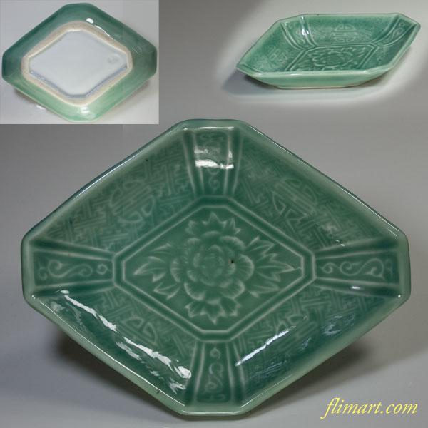 青磁菱型陽刻牡丹皿